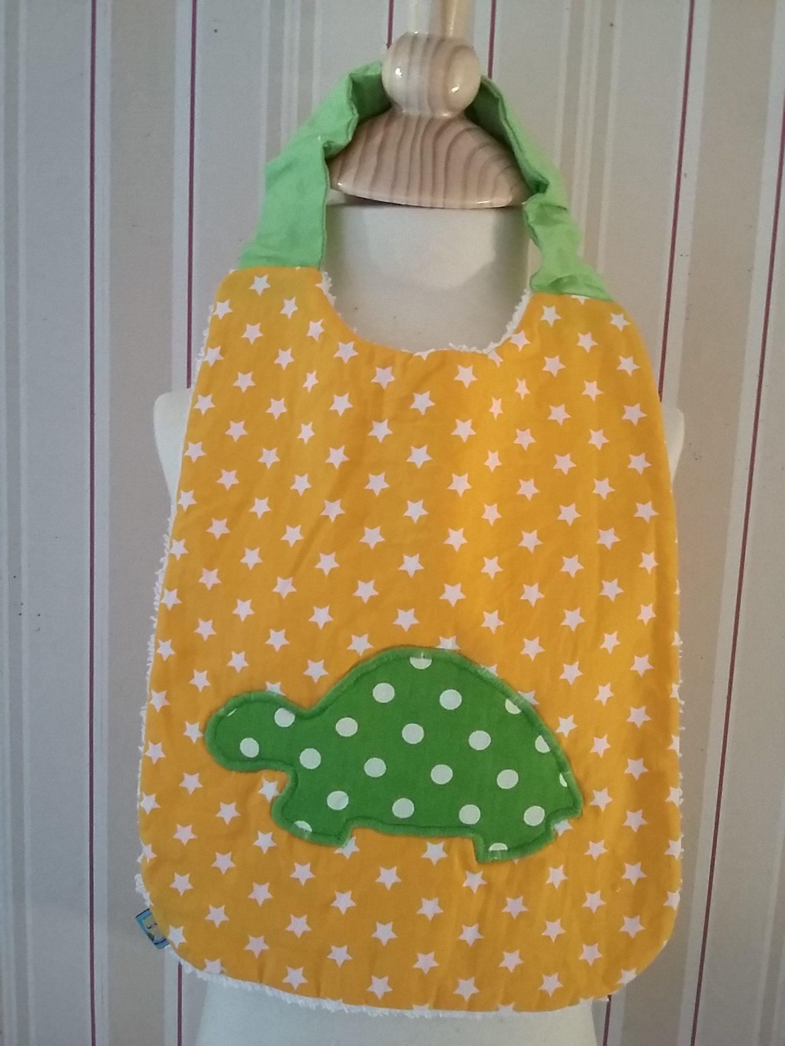 Bavoir à étoiles blanches sur fond jaune, avec appliqué motif tortue à pois blancs sur fond vert : 12 €