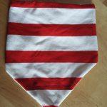 Anti-bavouille à rayures rouge et blanc. Dos en jersey bouclettes. Fermeture par pression. Lavage 30° machine.