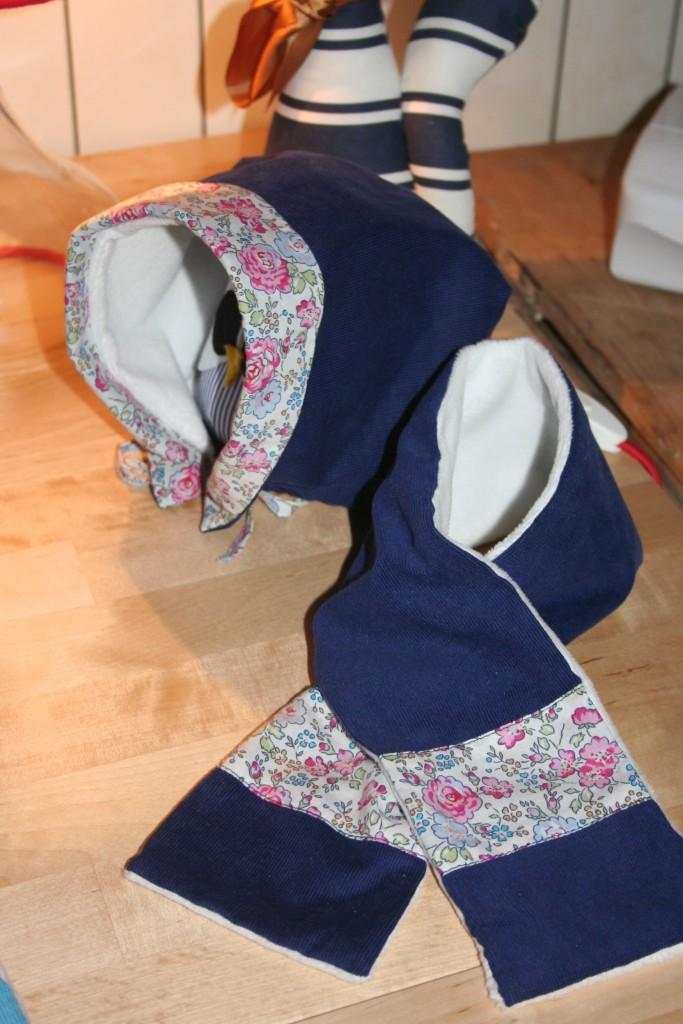 Béguin et écharpe assortis en velours milleraies bleu marine et coton Liberty Felicite rose. Lavage 30° en machine. Ne pas repasser le velours sur l'endroit.