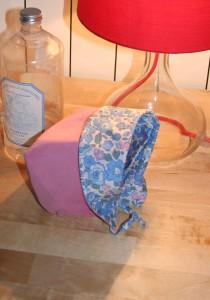 Petit béguin 6 mois en velours milleraies vieux rose 100% coton. Intérieur en coton Liberty Betsy bleu. Lavage 30° en machine. Ne pas repasser le velours sur l'endroit.