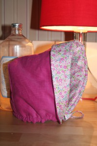 Petit béguin taille 12 mois en velours milleraies rose foncé 100% coton. Intérieur en tissu coton Liberty Fairford rose. Doublure en ouatine légère pour plus de chaleur. Lavage 30° en machine. Ne pas repasser le velours sur l'endroit.
