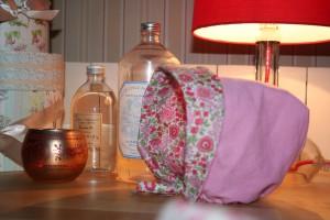 Petit béguin 12 mois en velours milleraies rose pâle 100% coton. Intérieur en coton Liberty D'Anjo rose. Lavage 30° en machine. Ne pas repasser le velours sur l'endroit.