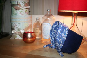Petit béguin 6 mois en velours milleraies bleu marine 100% coton. Intérieur en coton Liberty Betsy bleu lavande. Lavage 30° en machine. Ne pas repasser le velours sur l'endroit.
