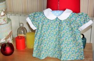 Blouse petites fleurs manches courtes, fermeture par petits boutons dans le dos, 100% coton, taille 18 mois.