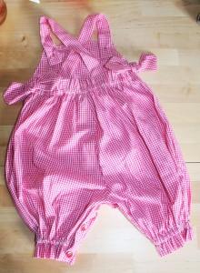 Salopette b�b� taille 12 mois en vichy rouge. Bretelles crois�es sur le dos et attach�es par de petits boutons sur le devant. Ouverture au niveau de l'entrejambe ferm�e par les m�mes petits boutons que sur le haut du v�tement. Petits n�uds d�coratifs de chaque c�t�.