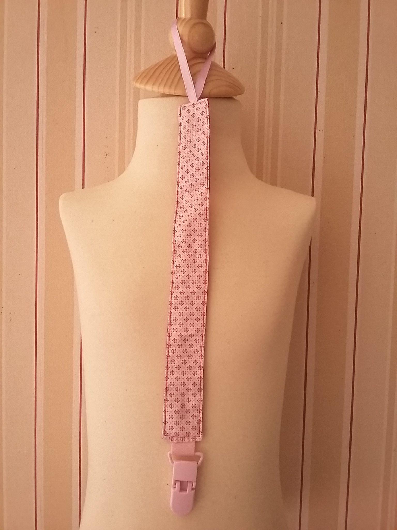 Attache-tétine à motifs géométriques roses : 9 €