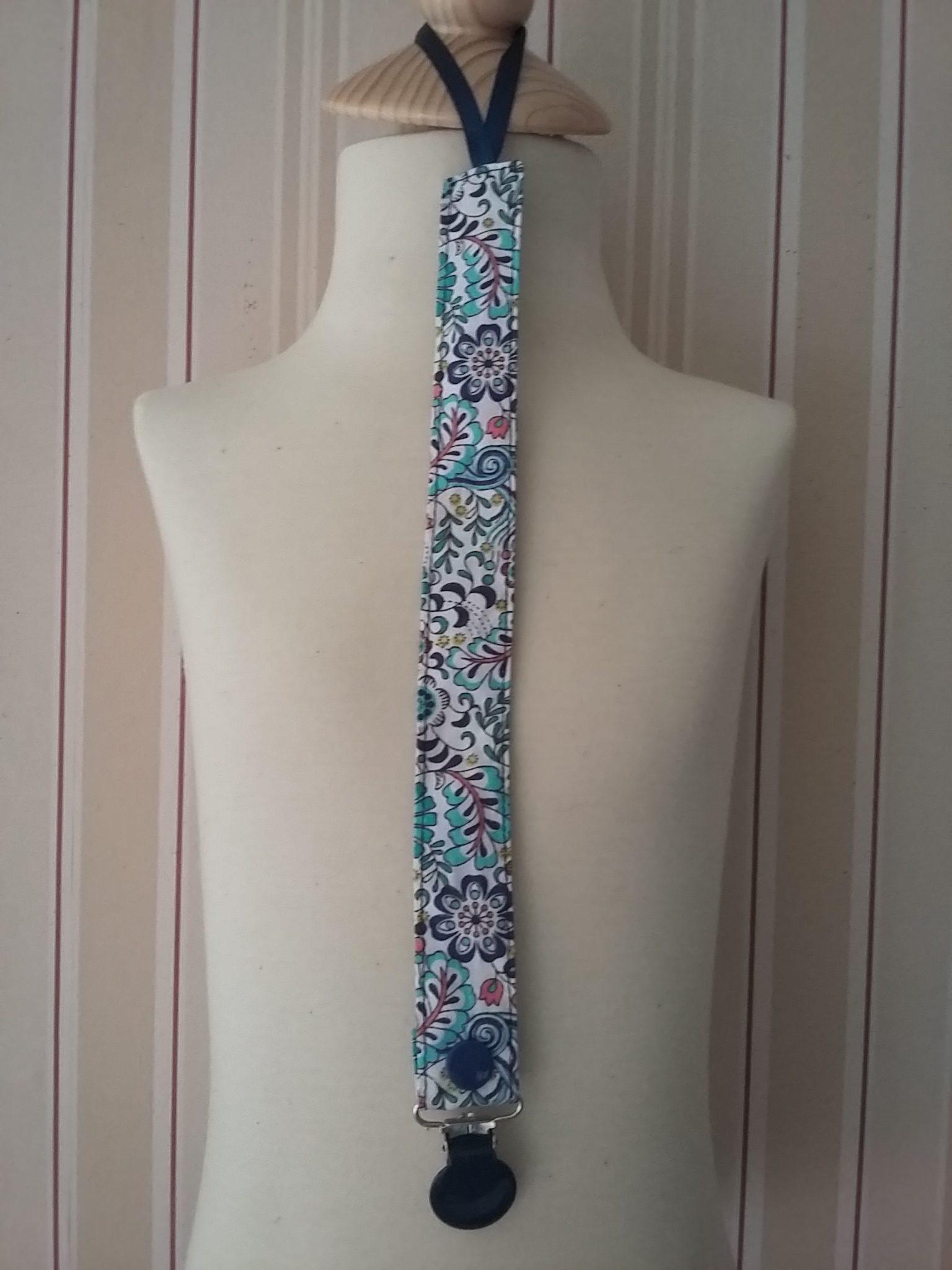 Attache-tétine à motifs fleurs bleues
