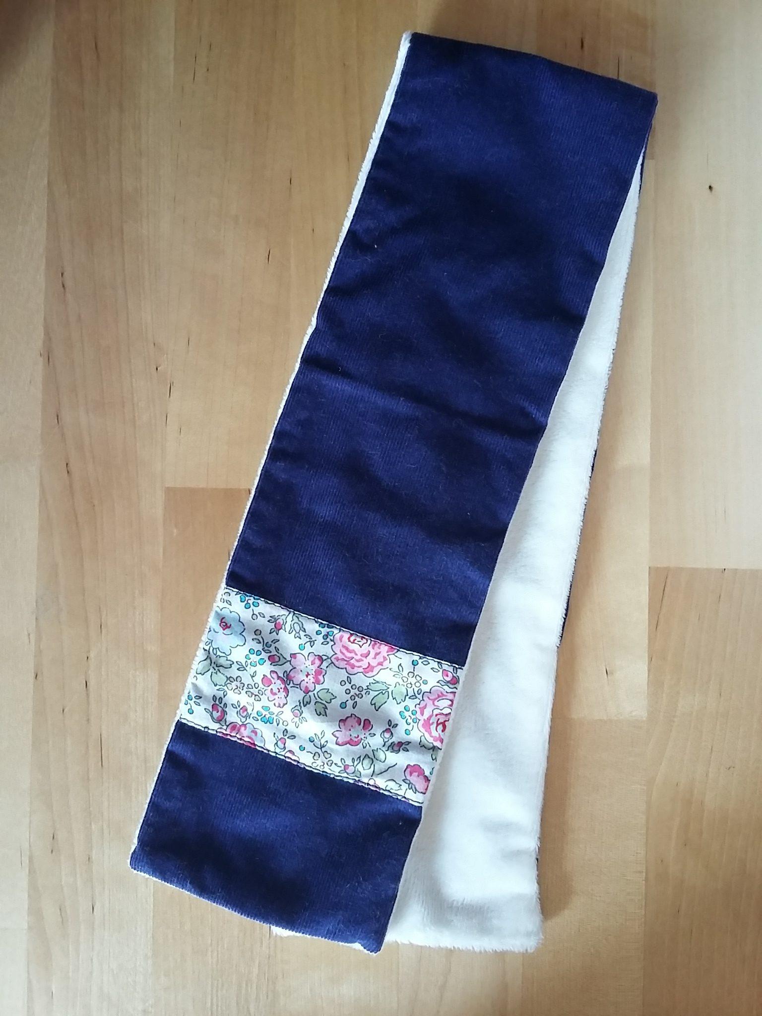 Écharpe bleu marine : 14 €